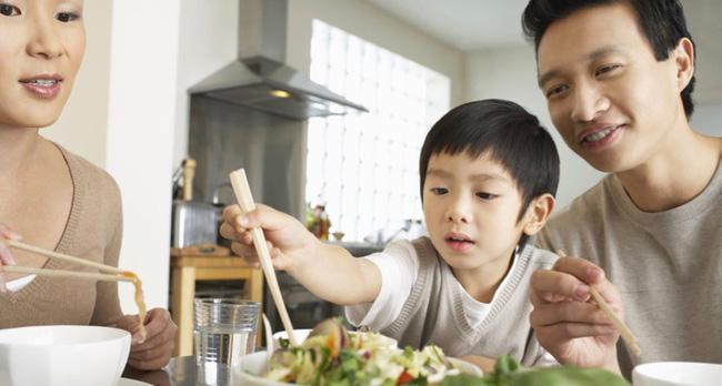 Việc nên và không nên làm với con khi ăn uống, tưởng đơn giản nhưng không phải ai cũng biết - Ảnh 2