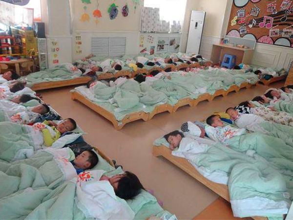 Xem ảnh con ngủ trưa ở trường, mẹ nóng mặt nổi giận đòi hiệu trưởng lập tức đuổi việc cô