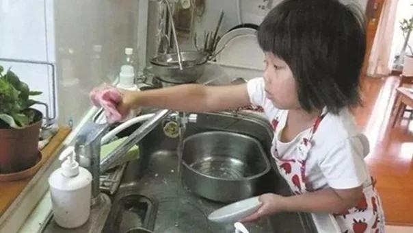 3 biểu hiện trong bữa ăn chứng tỏ em bé lớn lên sẽ tự lập, ngoan ngoãn, hiếu thảo - Ảnh 1