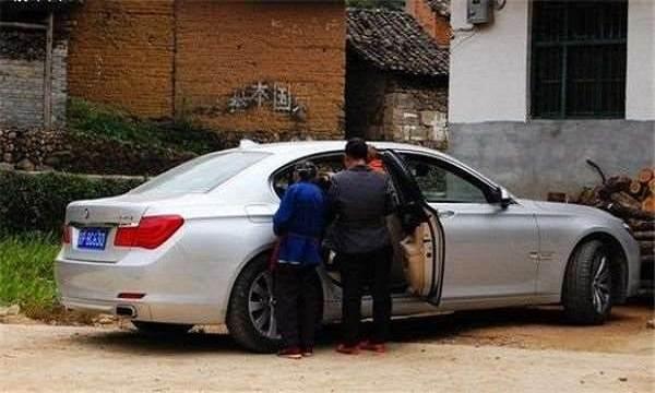 Mẹ người yêu đang nhặt rác bị ngã, chàng trai chạy lại giúp và hôm sau thấy chiếc xe 12 tỷ đỗ trước nhà - Ảnh 2