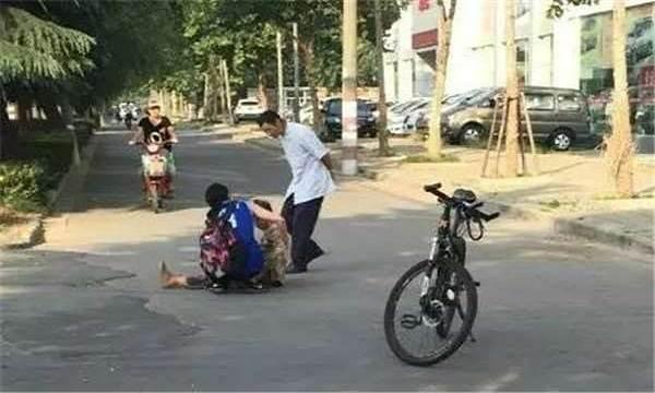 Mẹ người yêu đang nhặt rác bị ngã, chàng trai chạy lại giúp và hôm sau thấy chiếc xe 12 tỷ đỗ trước nhà - Ảnh 1
