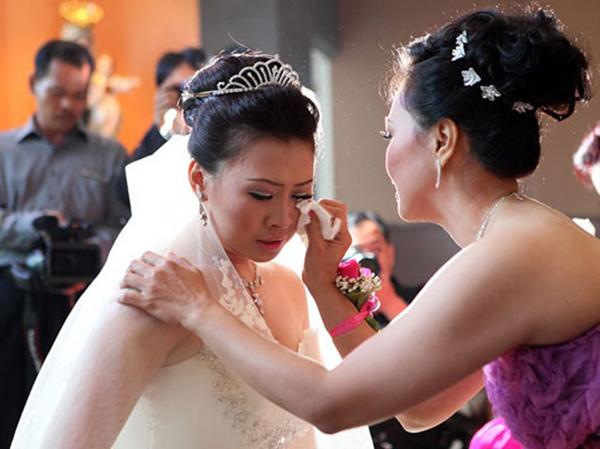 Ngày con dâu tái hôn, mẹ chồng cũ cho căn nhà  tiền tỷ còn nắm tay bảo: Nếu khổ quá con cứ về lại đây!