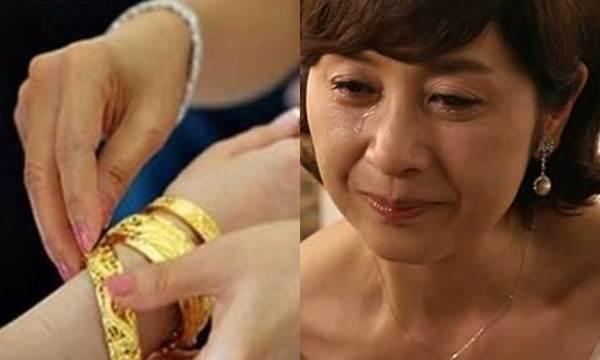 Ngày cưới mẹ chồng giàu trao cho con dâu 20 cây vàng giả để thử lòng và câu nói của cô dâu quê đã khiến bà phải ôm chặt lấy con mà khóc - Ảnh 2
