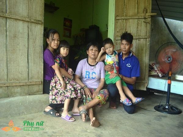 Xót cảnh cô bé hiếu học chăm mẹ bại liệt có nguy cơ nghỉ học sớm vì gia cảnh nghèo túng