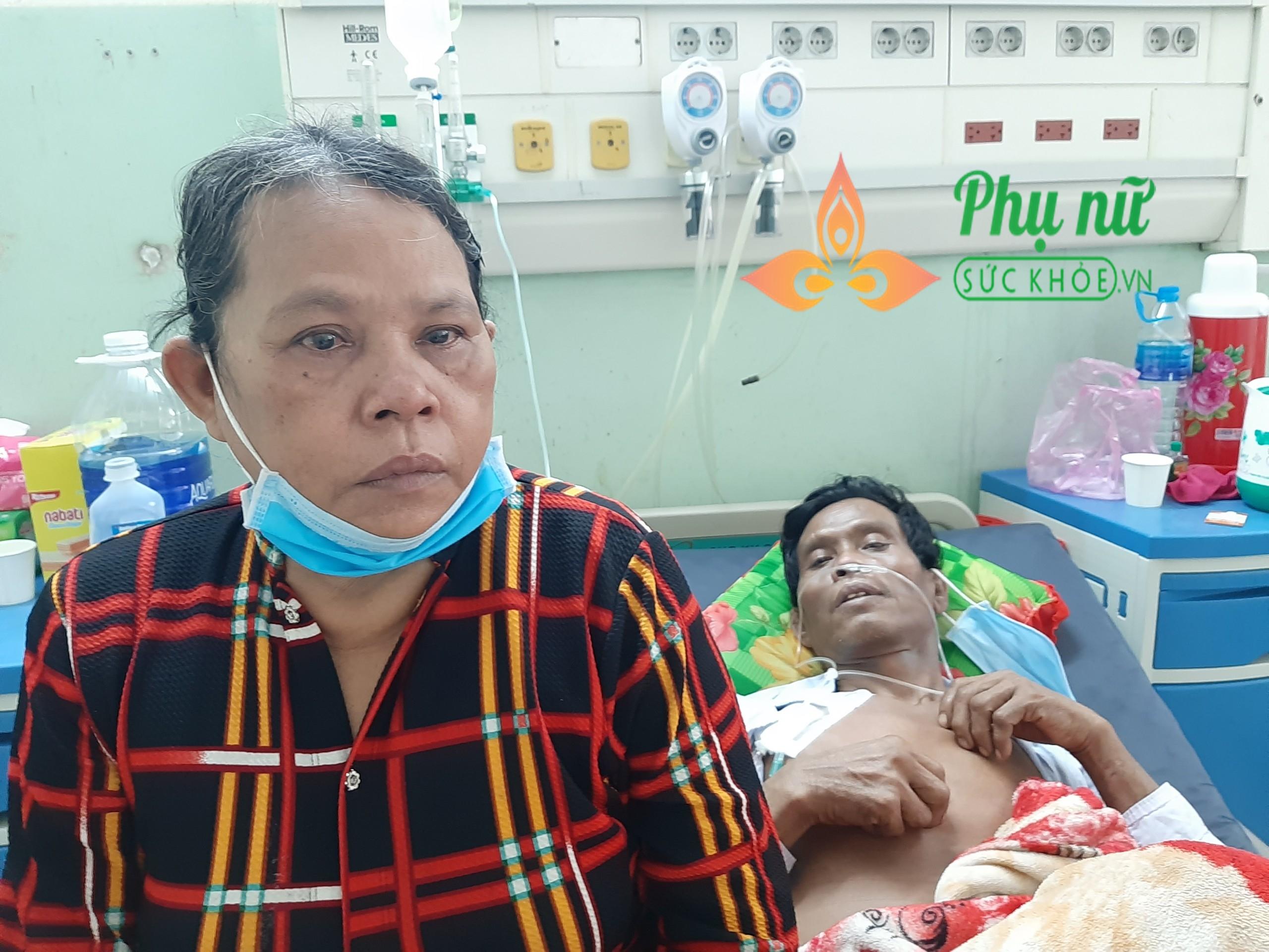 Thương cảnh người đàn ông dân tộc Khơ-me lâm bệnh nặng, vợ khóc ròng xin đưa chồng về vì không có tiền chữa trị