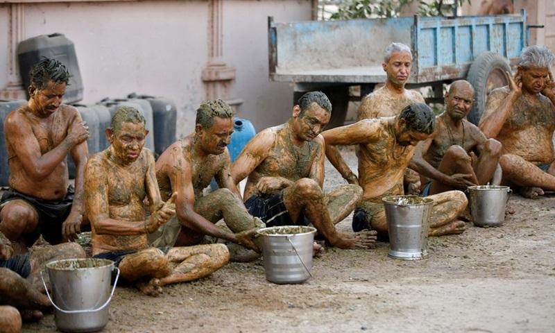 Người dân Ấn Độ ồ ạt dùng phân bò, nước tiểu bò như 'thuốc thánh' để chữa bệnh Covid-19, bác sĩ lên tiếng - Ảnh 1