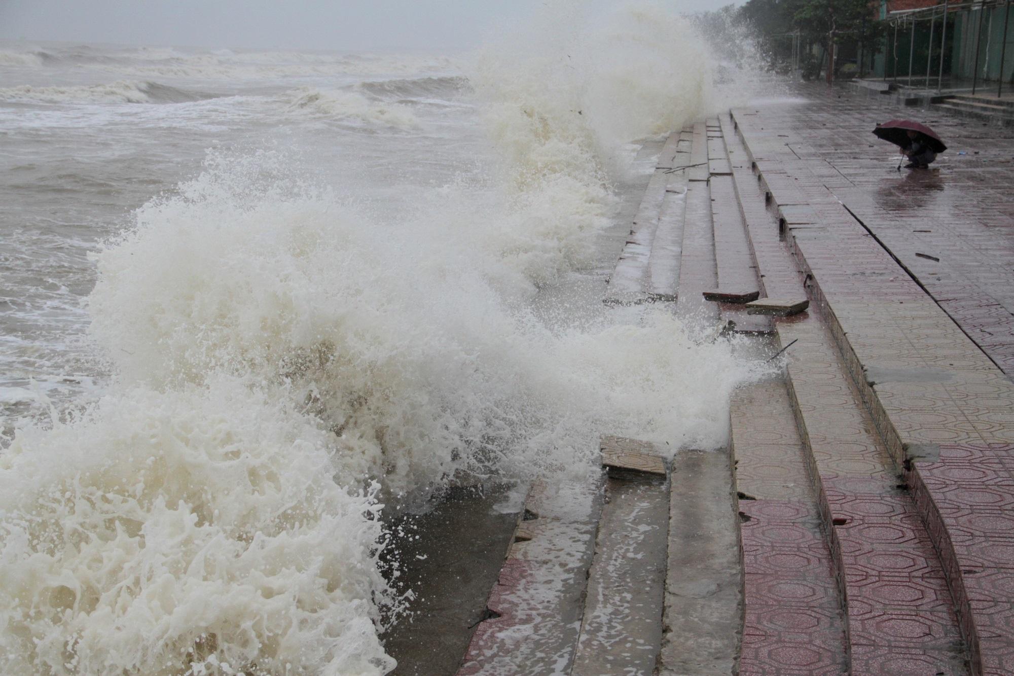 Bão số 8: Sóng cao 5m đang đánh vào bờ biển Nghệ An, hàng trăm khối đất đá sạt lở, đổ xuống quốc lộ - Ảnh 1
