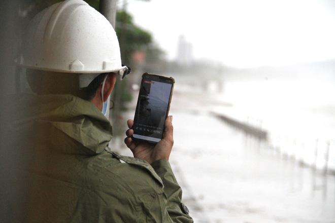 Bão số 8: Sóng cao 5m đang đánh vào bờ biển Nghệ An, hàng trăm khối đất đá sạt lở, đổ xuống quốc lộ - Ảnh 10