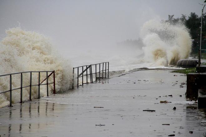 Bão số 8: Sóng cao 5m đang đánh vào bờ biển Nghệ An, hàng trăm khối đất đá sạt lở, đổ xuống quốc lộ - Ảnh 11