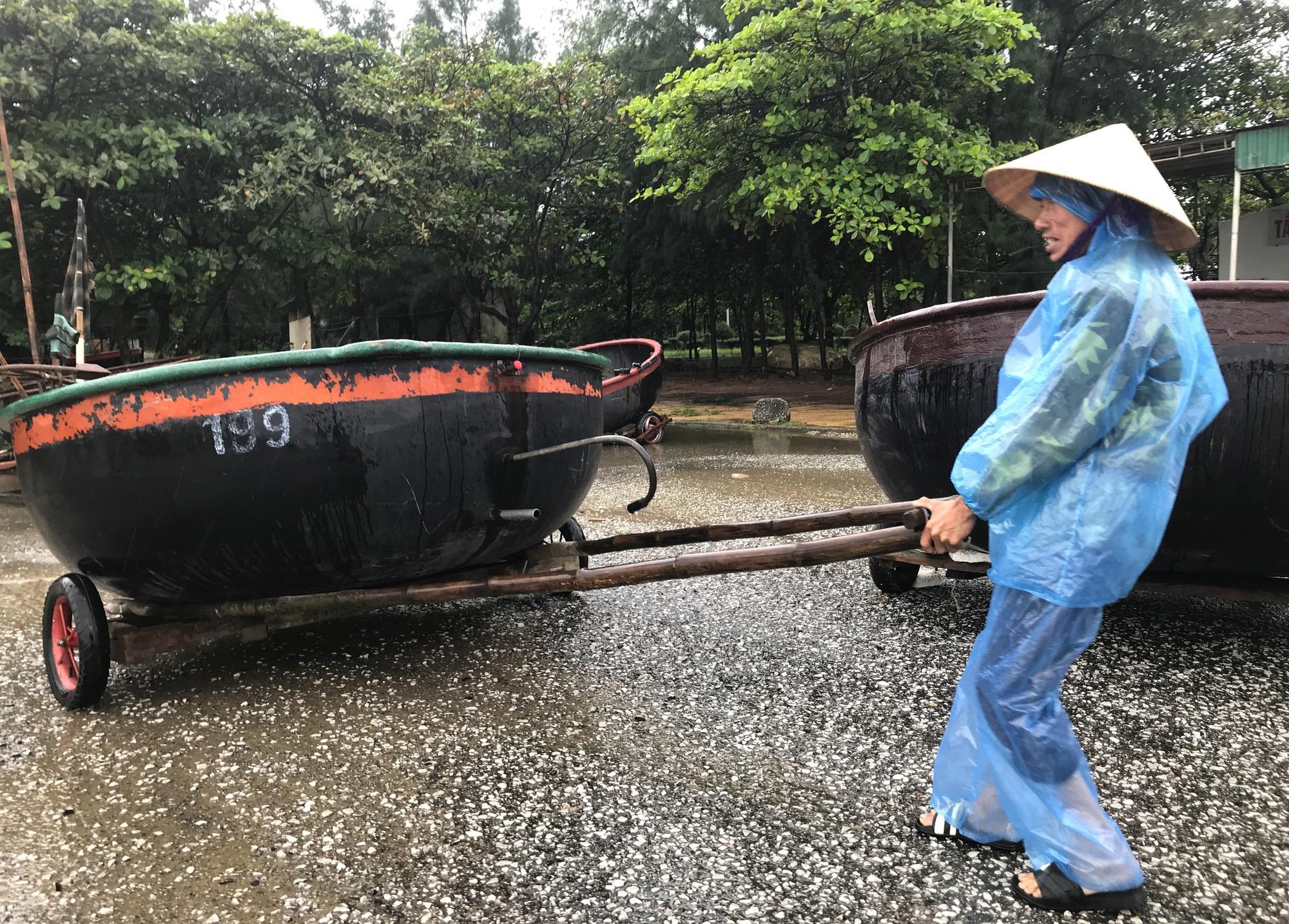 Bão số 8: Sóng cao 5m đang đánh vào bờ biển Nghệ An, hàng trăm khối đất đá sạt lở, đổ xuống quốc lộ - Ảnh 2