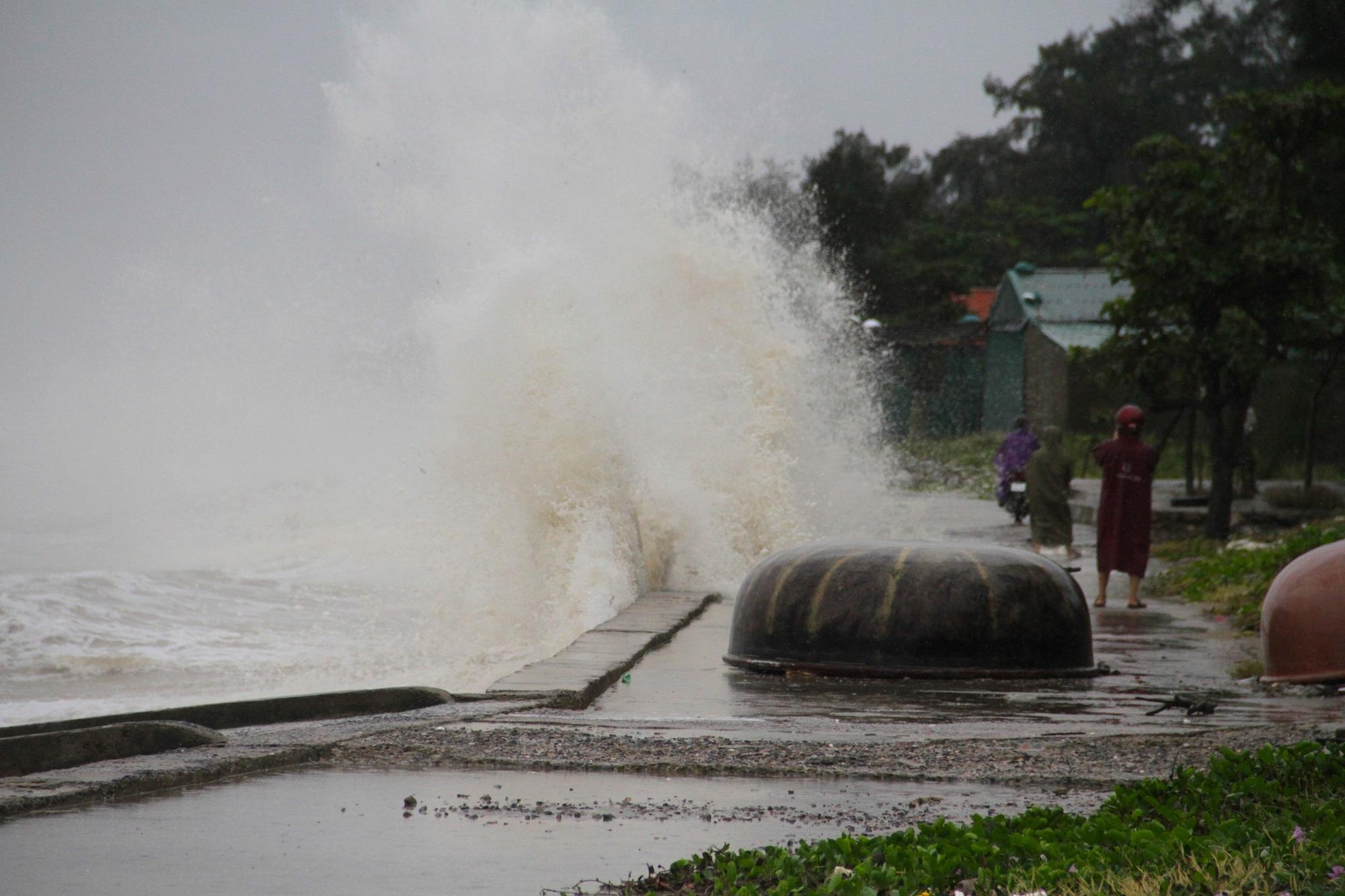 Bão số 8: Sóng cao 5m đang đánh vào bờ biển Nghệ An, hàng trăm khối đất đá sạt lở, đổ xuống quốc lộ - Ảnh 3