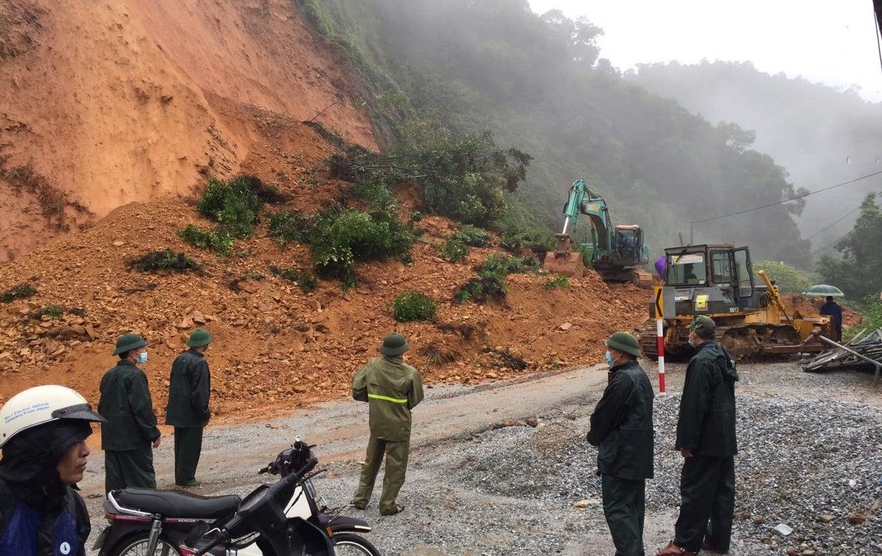 Bão số 8: Sóng cao 5m đang đánh vào bờ biển Nghệ An, hàng trăm khối đất đá sạt lở, đổ xuống quốc lộ - Ảnh 5