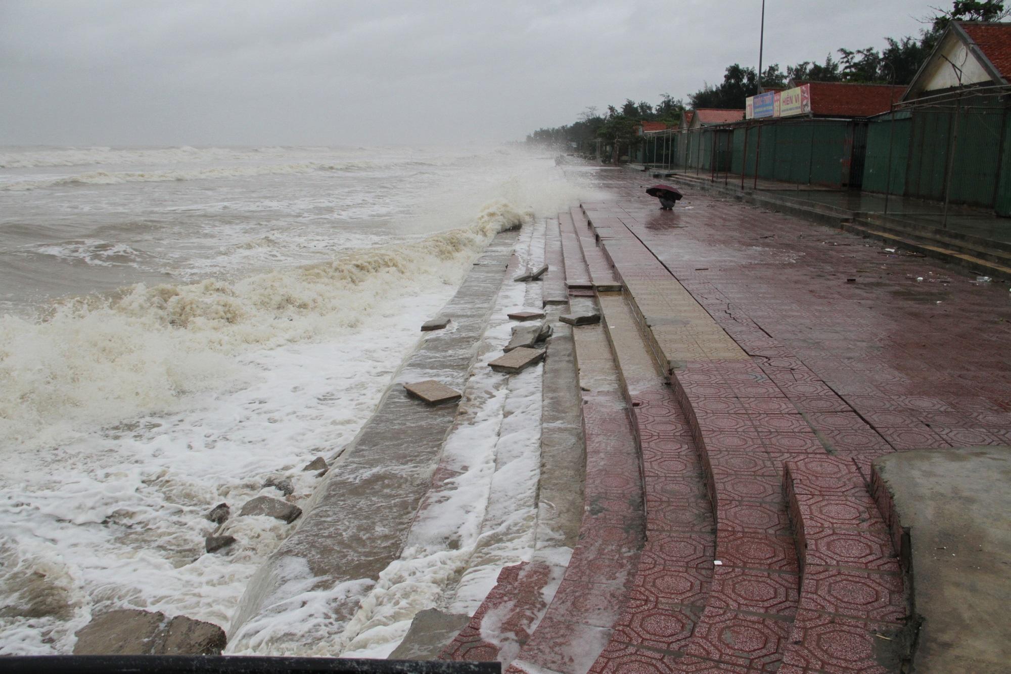 Bão số 8: Sóng cao 5m đang đánh vào bờ biển Nghệ An, hàng trăm khối đất đá sạt lở, đổ xuống quốc lộ - Ảnh 6