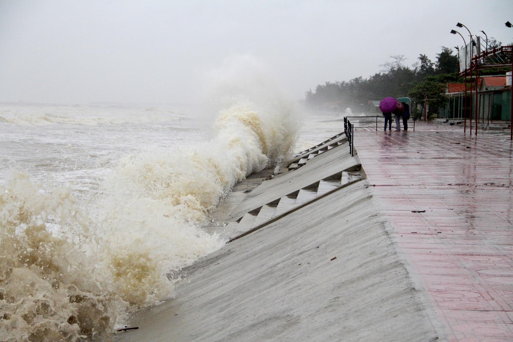Bão số 8: Sóng cao 5m đang đánh vào bờ biển Nghệ An, hàng trăm khối đất đá sạt lở, đổ xuống quốc lộ - Ảnh 7