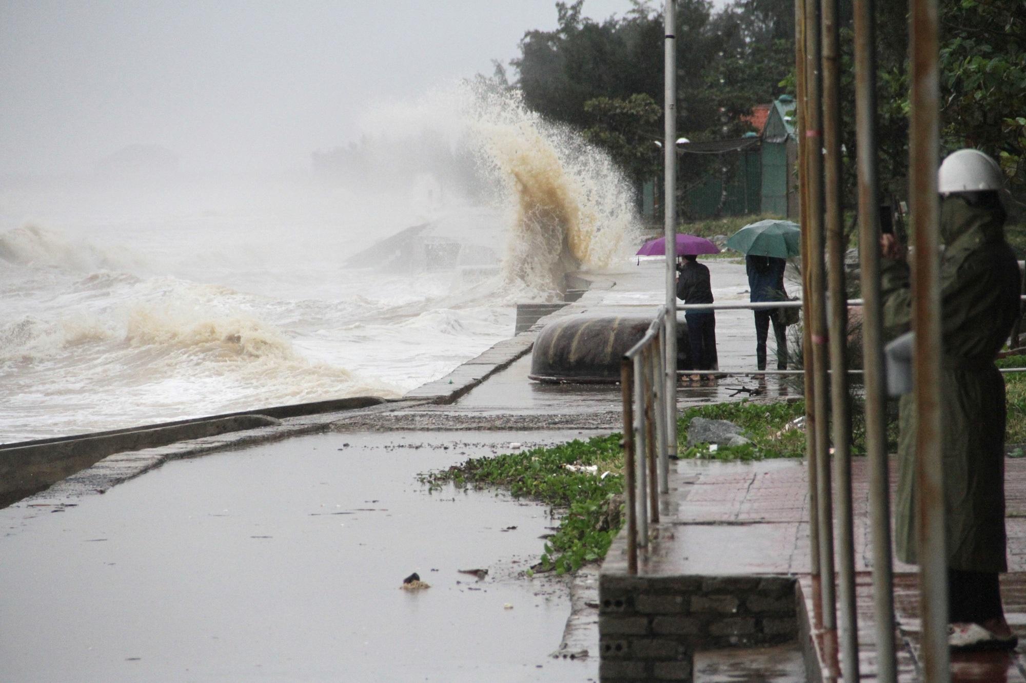 Bão số 8: Sóng cao 5m đang đánh vào bờ biển Nghệ An, hàng trăm khối đất đá sạt lở, đổ xuống quốc lộ - Ảnh 8