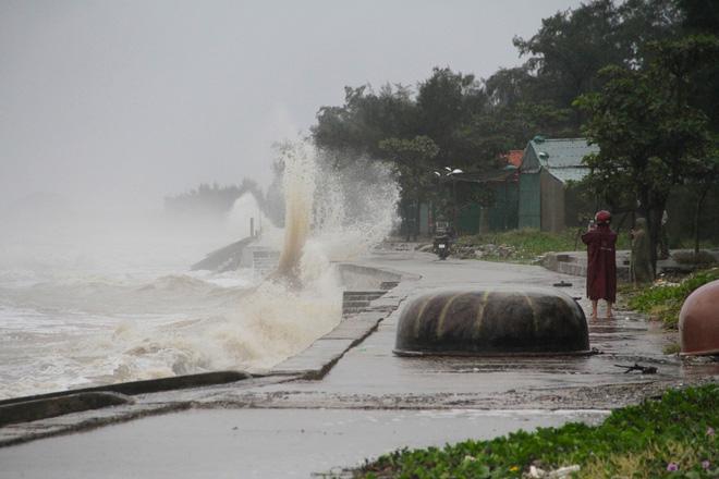 Bão số 8: Sóng cao 5m đang đánh vào bờ biển Nghệ An, hàng trăm khối đất đá sạt lở, đổ xuống quốc lộ - Ảnh 9