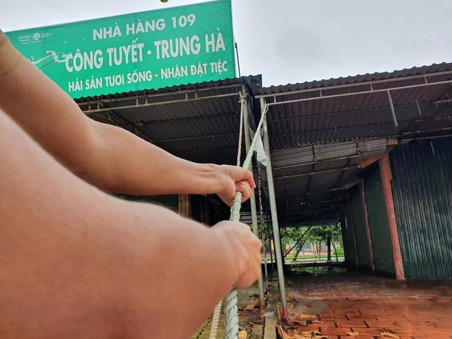 Bão số 8: Sóng cao 5m đang đánh vào bờ biển Nghệ An, hàng trăm khối đất đá sạt lở, đổ xuống quốc lộ - Ảnh 12