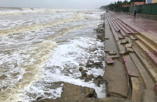 Bão số 8: Sóng cao 5m đang đánh vào bờ biển Nghệ An, hàng trăm khối đất đá sạt lở, đổ xuống quốc lộ - Ảnh 15