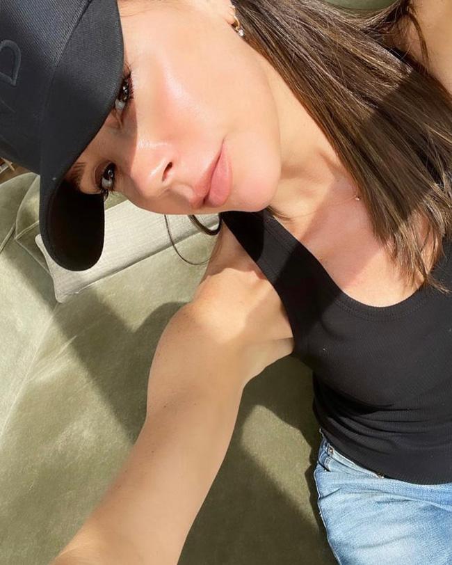 Victoria Beckham dưỡng da tuổi 47: 'Nhất kiến chung tình' với loại kem dưỡng bôi cả sáng lẫn tối - Ảnh 1