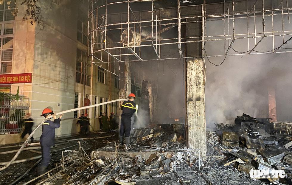 Nghệ An: Cháy dữ dội sau tiếng nổ lớn, 6 người gồm 2 trẻ em thiệt mạng ở tầng 2 của một tòa nhà - Ảnh 1
