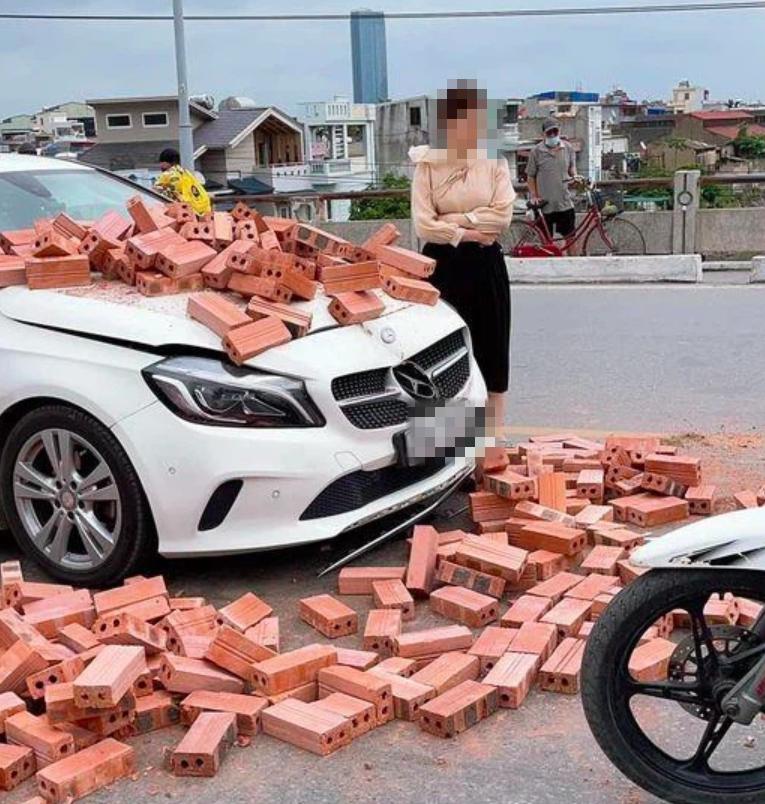 Bị xích lô tông trúng, xe sang móp méo trong đống gạch chồng chất, thái độ sau cùng của nữ tài xế xe sang khiến cư dân mạng 'há hốc' - Ảnh 2