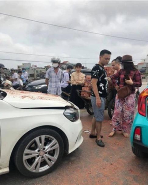 Bị xích lô tông trúng, xe sang móp méo trong đống gạch chồng chất, thái độ sau cùng của nữ tài xế xe sang khiến cư dân mạng 'há hốc' - Ảnh 3