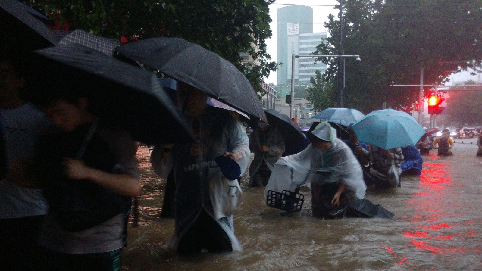 Trận mưa lớn '5000 năm có 1' làm đường phố Trung Quốc ngập sâu, Thiếu Lâm Tự phải đóng cửa để bảo toàn hạ tầng - Ảnh 2