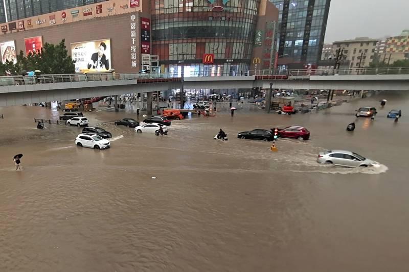 Trận mưa lớn '5000 năm có 1' làm đường phố Trung Quốc ngập sâu, Thiếu Lâm Tự phải đóng cửa để bảo toàn hạ tầng - Ảnh 1