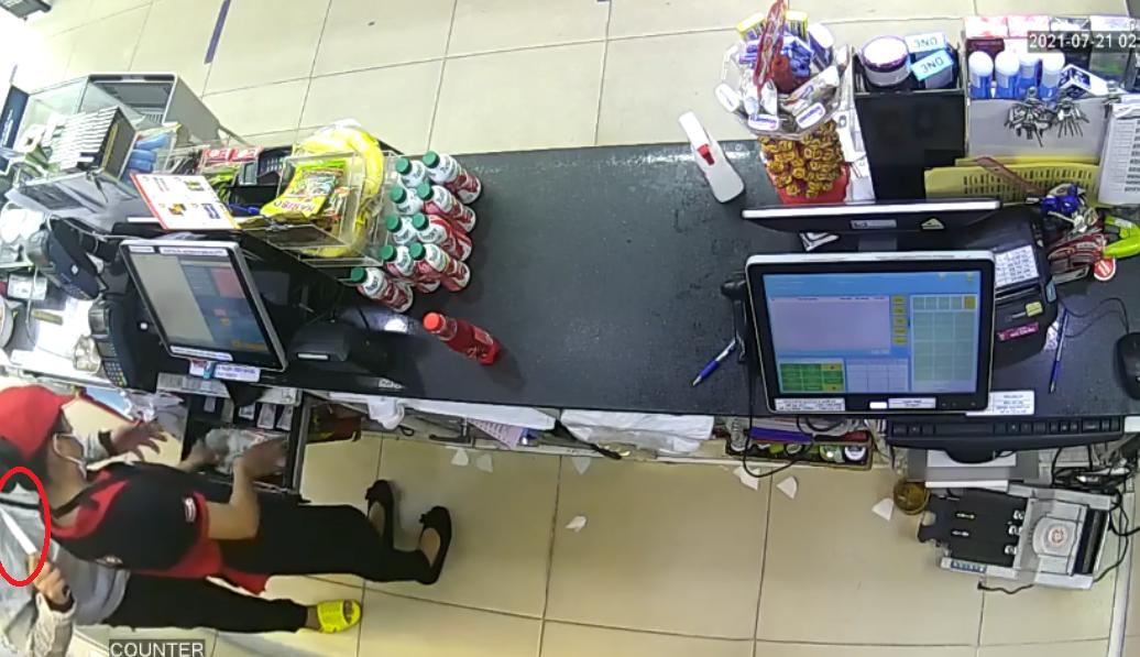 Clip: Thanh niên táo tợn dùng dao kề cổ nữ nhân viên cửa hàng tiện lợi ở TP.HCM cướp tiền - Ảnh 1