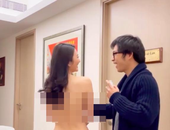 Gái xinh cởi trần quảng cáo thuốc tăng vòng 1 nhưng hành động của người đàn ông bên cạnh mới thực sự gây sốc - Ảnh 2