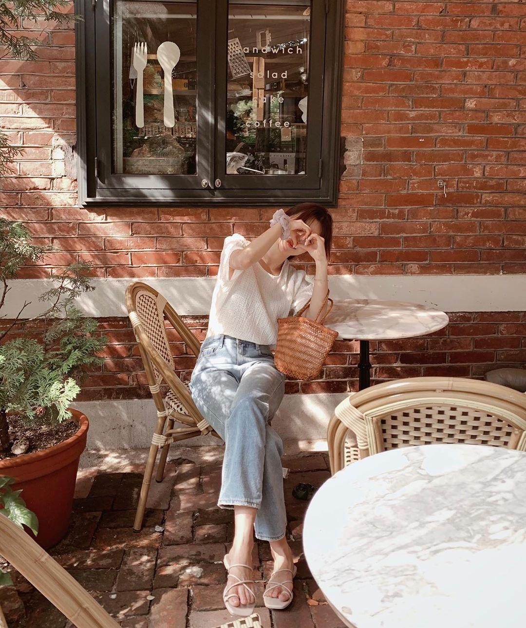 Mê quần jeans nhưng sợ phát ngốt vì nắng hè, chị em cứ nhắm trúng 4 kiểu dáng thoải mái sau mà diện - Ảnh 2