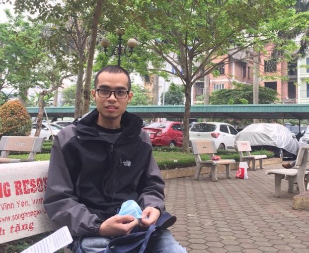 Chàng trai bị u não bán sách lấy tiền ủng hộ bệnh nhi ung thư - Ảnh 1