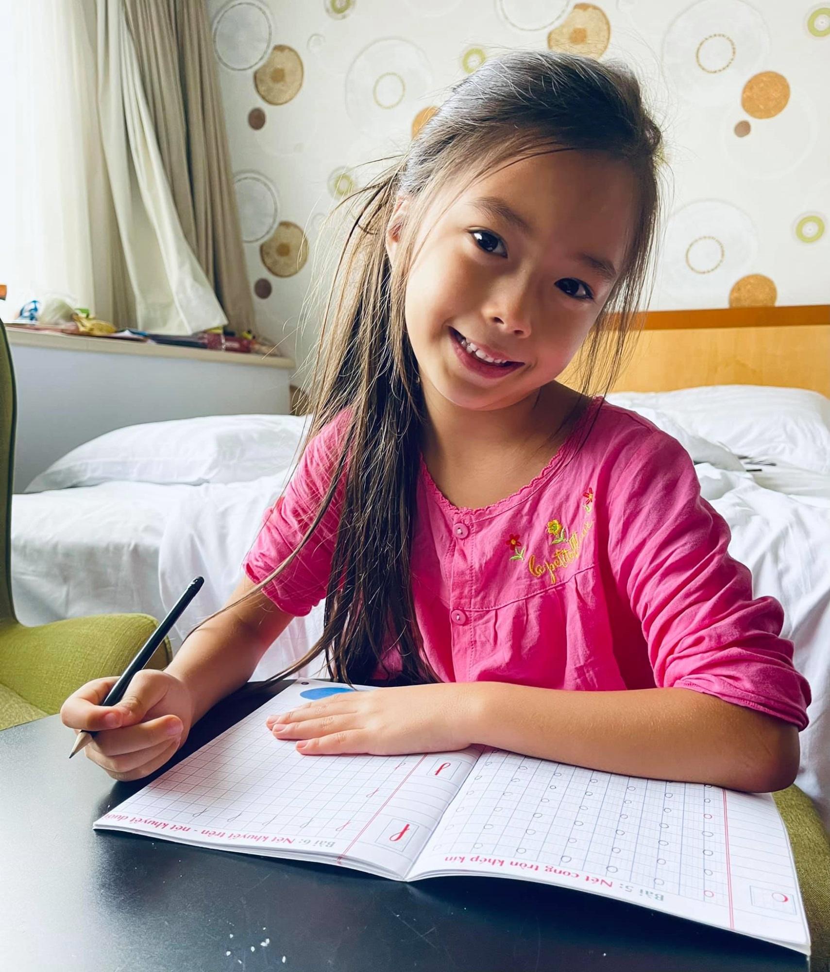 """Bé Sol 7 tuổi đã thành thạo 4 thứ tiếng mà không """"loạn ngôn"""", Đoan Trang chỉ ra điều mấu chốt - Ảnh 2"""