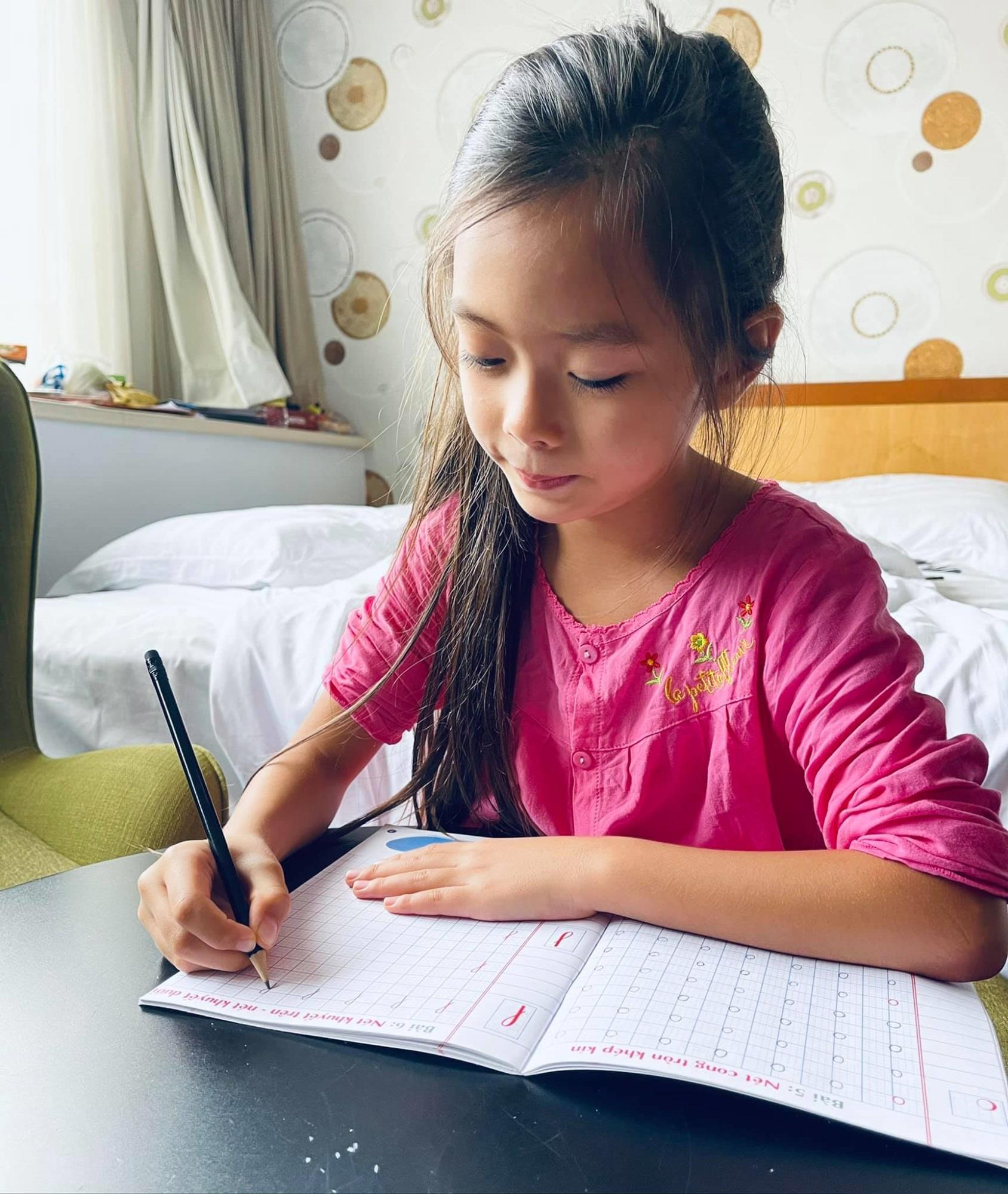 """Bé Sol 7 tuổi đã thành thạo 4 thứ tiếng mà không """"loạn ngôn"""", Đoan Trang chỉ ra điều mấu chốt - Ảnh 3"""