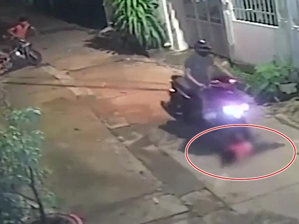Bé gái bất ngờ chạy từ nhà lao ra đường, bị xe tông văng xa nhiều mét khiến bậc cha mẹ ai nấy cũng 'thất kinh'