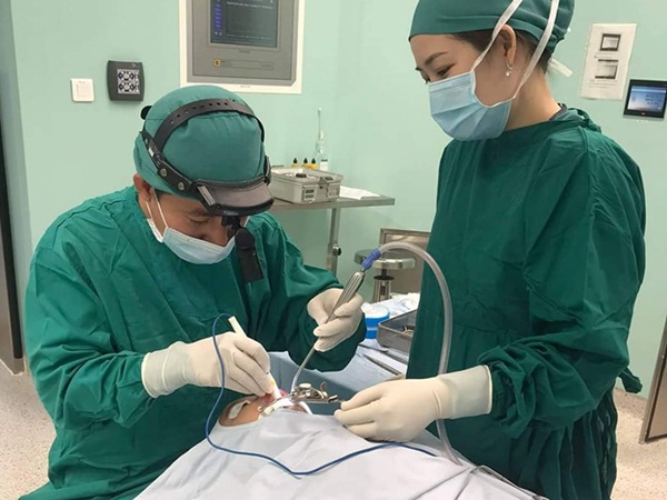 Bác sĩ báo động tình trạng phụ huynh lo sợ đến bệnh viện do dịch: Trẻ dễ biến chứng nguy hiểm do nhiễm trùng đường hô hấp