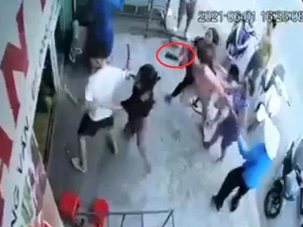 Than vãn việc cúp điện, người phụ nữ bất ngờ bị cả gia đình giám đốc công ty điện lực ở Thanh Hóa hành hung, đập phá đồ đạc