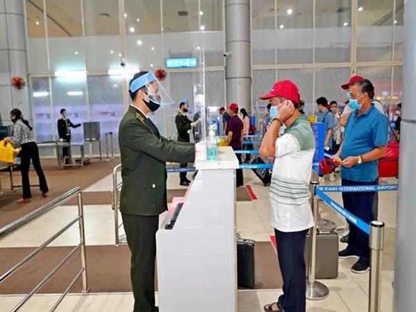 TP.HCM: 128 người từng tiếp xúc 4 nhân viên sân bay Tân Sơn Nhất