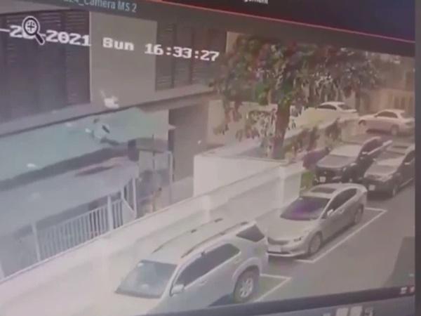 Cư dân mạng SỐC với góc quay khác cận khoảnh khắc 'người hùng' cứu bé gái hơn 2 tuổi