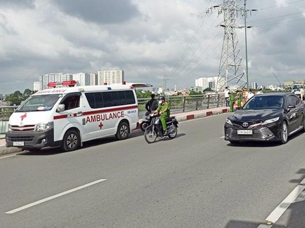 TP.HCM: Một người đàn ông nghi là xe ôm công nghệ chết gục bất thường trên cầu Bình Lợi