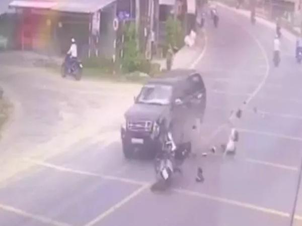 Cha bị tai nạn trên quốc lộ, con trai về nhà báo tin thì tông vào xe bán tải tử vong
