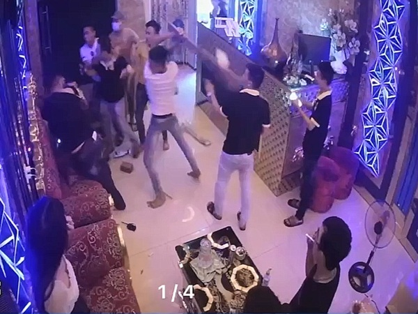 Rủ tiếp viên quán karaoke đi chơi bất thành, nhóm thanh niên lao vào đánh người tới tấp