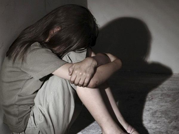 Gã đàn ông hiếp dâm bé gái 13 tuổi nhiều lần, cho 100 nghìn đồng bảo đừng nói với ai