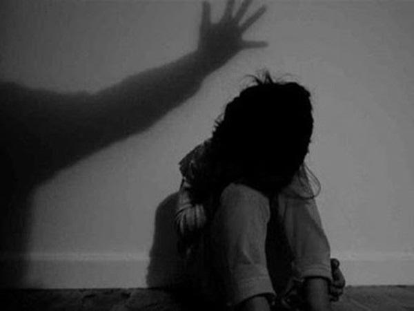 Gã cha dượng xâm hại nhiều lần con gái riêng của vợ còn có ý định bỏ trốn