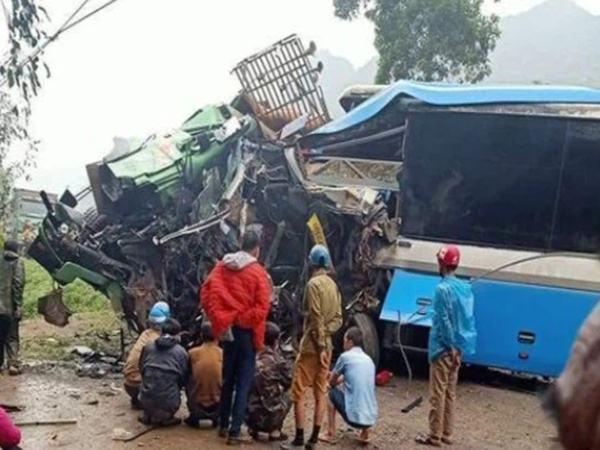 Xe khách 'đấu đầu' xe tải khiến 3 người tử vong, hiện trường vụ việc gây ám ảnh
