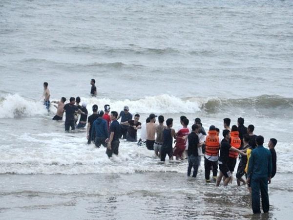 Cận cảnh hàng trăm người đồng lòng kéo lưới tiếp tục tìm 3 nam sinh mất tích trên biển