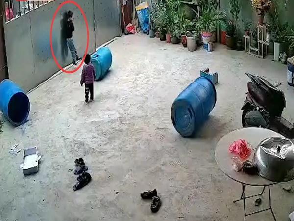 Không có người lớn trông nom, bé trai suýt chết vì chơi trò treo cổ trước cổng nhà