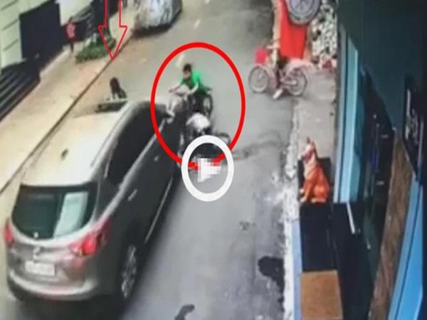 Kinh hoàng cảnh ô tô 'điên' lao vào 3 đứa trẻ đi xe đạp, tài xế nghi là nữ giới