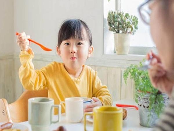 Trẻ thường ăn uống linh tinh dịp Tết, đây là gợi ý của chuyên gia để giúp cân bằng năng lượng cho các bé