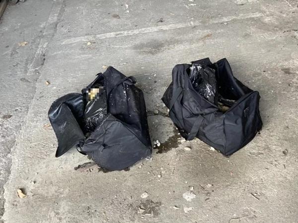 Vớt được hai chiếc túi bí ẩn ở bờ sông, nhân viên vệ sinh phát hoảng khi nhìn vào bên trong